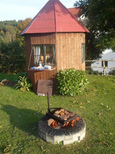 Ferienhof Bock in Amtzell | Grillplatz mit Gartenhäuschen